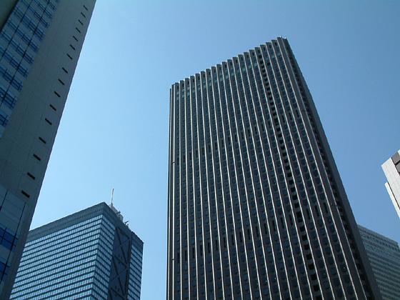 高層ビル このページの上へ戻る↑ 空に刺さるビル 真っ青な青空に白っぽい色の高層... 青空にま